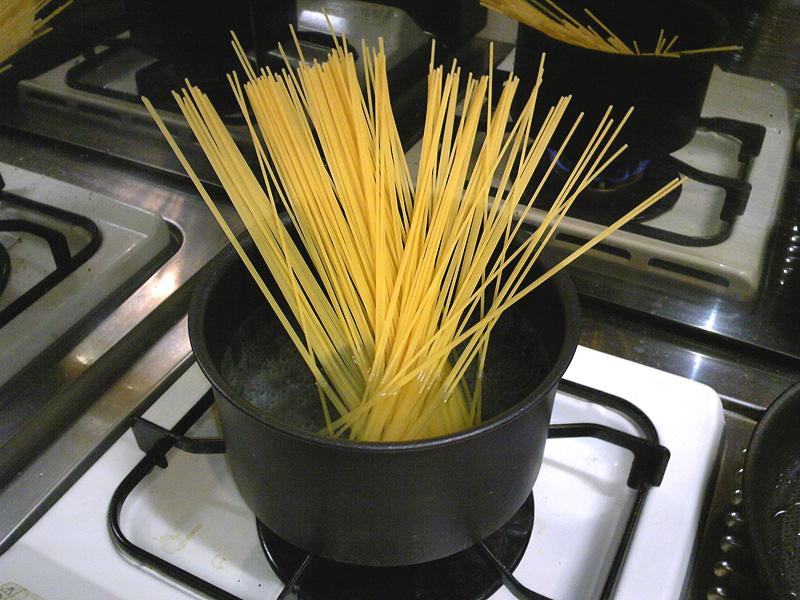 お湯を沸騰させて茹でます。塩ひとつまみ。